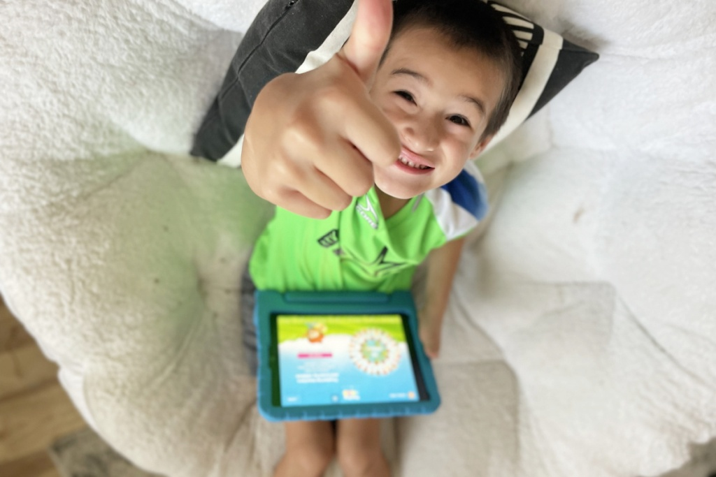 boy giving thumbs up for reading eggs