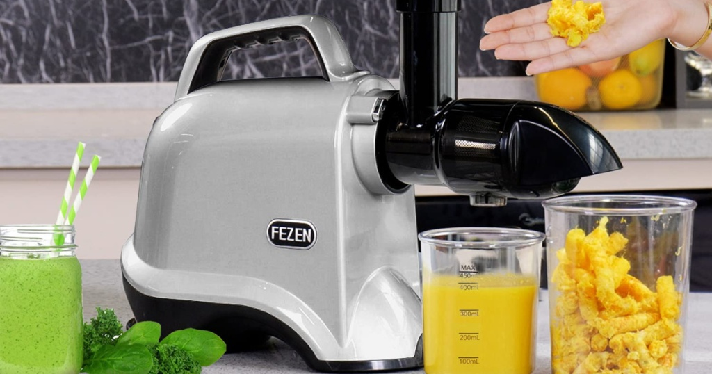 fezen juicer with hand adding fruit